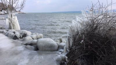 Vague de froid. Les sculptures de glace naturelles des bords du Lac Léman