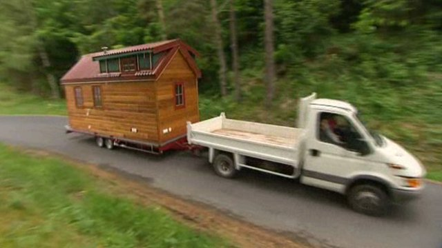 tiny house la petite maison qui allait de prairie en prairie france 3 auvergne. Black Bedroom Furniture Sets. Home Design Ideas