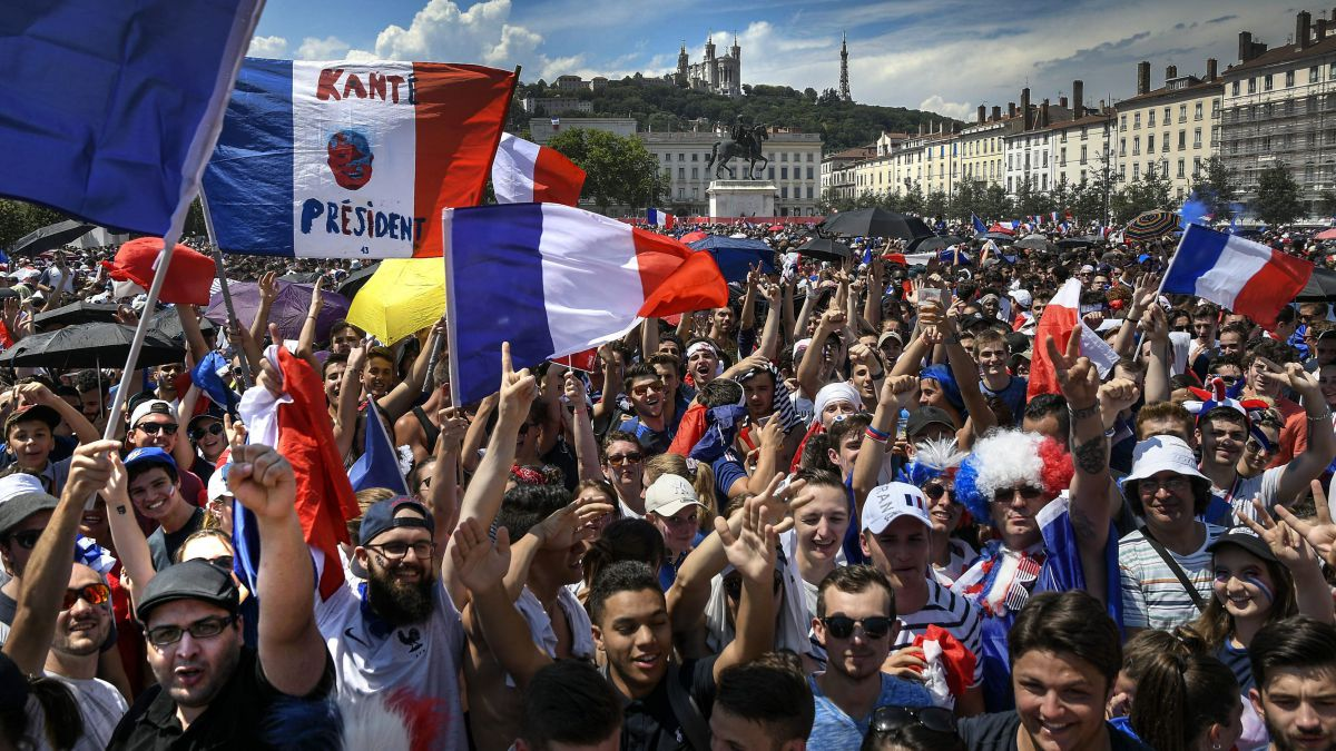 Finale france croatie l 39 ambiance monte place bellecour lyon et l 39 orage gronde france 3 - Places finale coupe de france ...