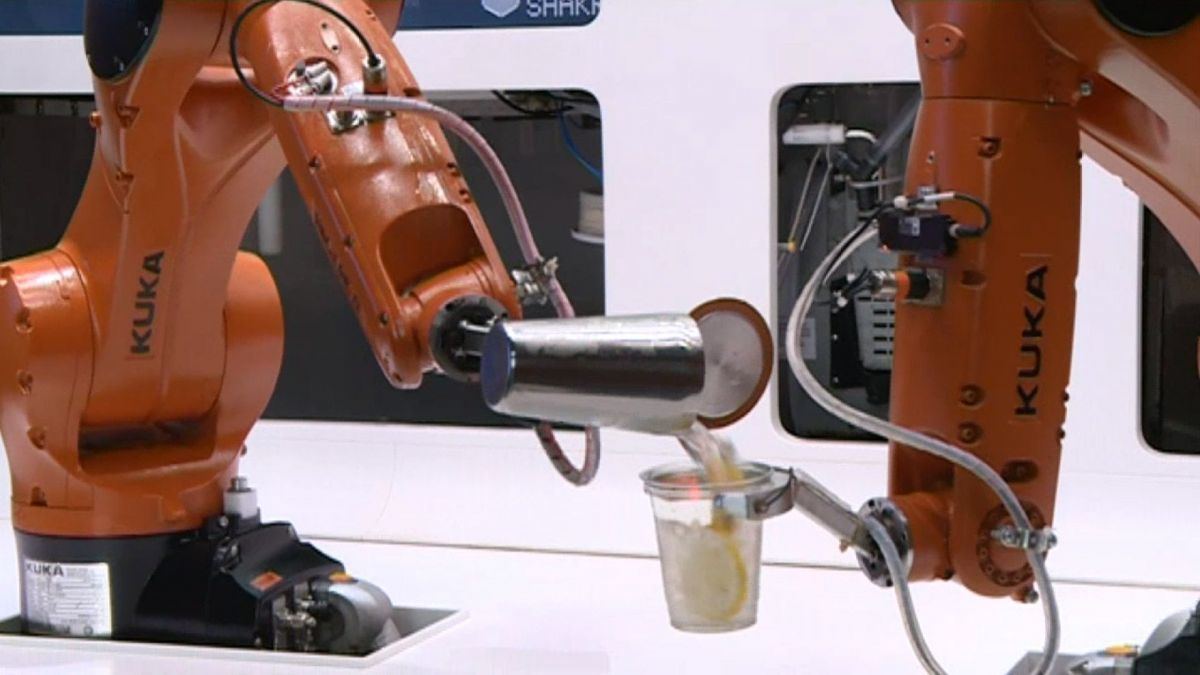 "Le robot ""Makr Shaker"" en train de faire un cocktail sans intervention humaine / © France 3 Alpes"