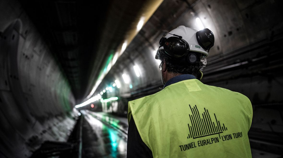Un ouvrier qui travaille à la construction du tunnel, sur le site de Saint-Martin-la-Porte (Savoie) - Photo d'illustration / © MARCO BERTORELLO / AFP