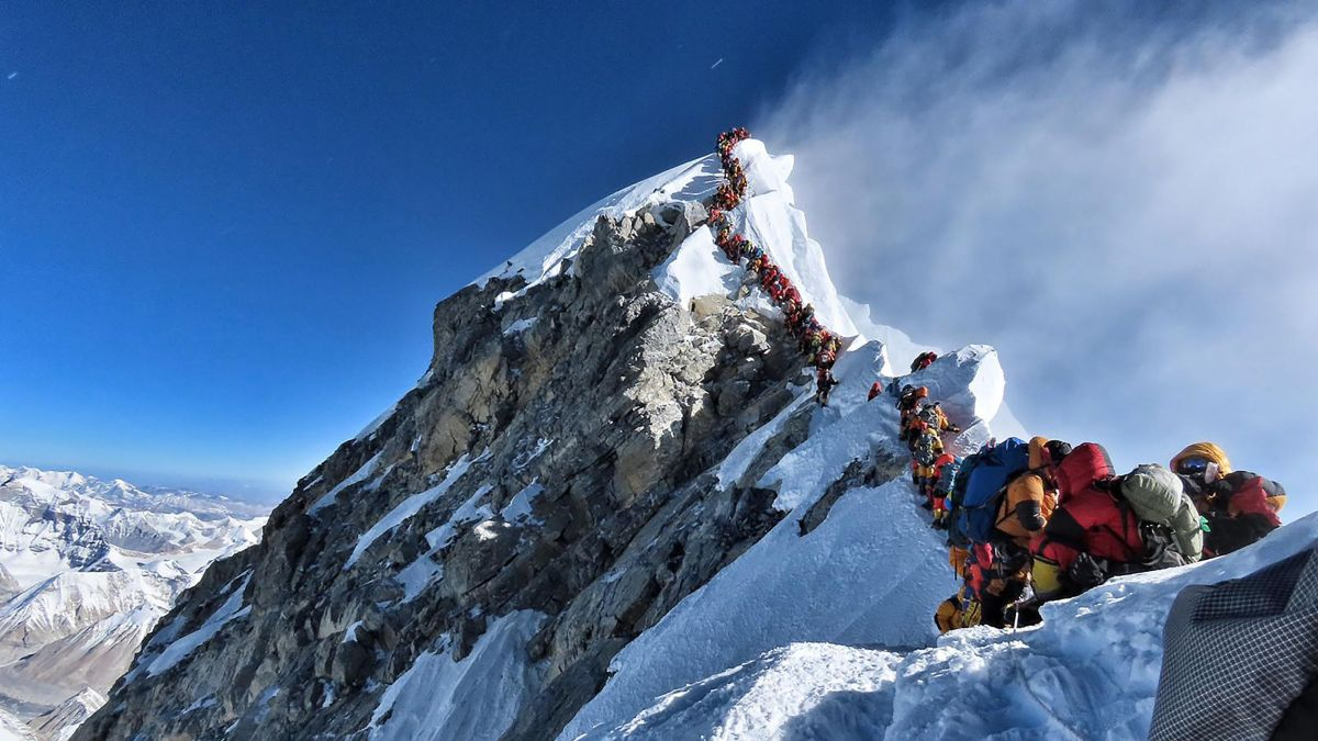 "Photo prise le 22 mai 2019, publiée par l'alpiniste du projet ""Possible Possible"" de Nirmal Purja, montre le trafic intense d'alpinistes faisant la queue au sommet du mont Everest. / © AFP PHOTO / PROJECT POSSIBLE"