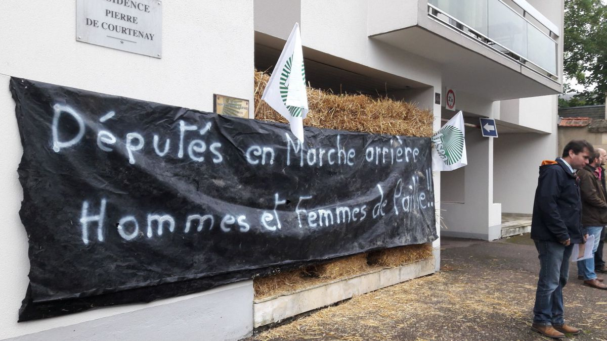 L'action devant la permanence de Perrine Goulet, à Nevers. / © FDSEA 58