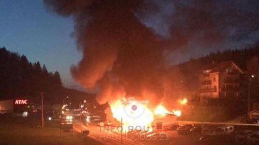 Jougne (25) : un brasier immense, le garage détruit par un violent incendie