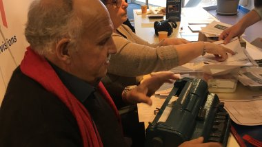 Thierry Nicolle propose une initiation au braille. / © Anne Lepais