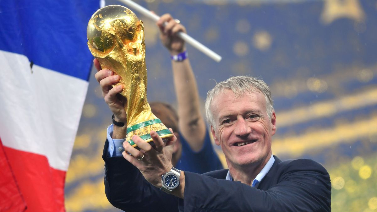 Didier Deschamps, le sélectionneur de l'équipe de France de football, porte la Coupe du monde / © Frank Hoermann/SVEN SIMON/picture alliance / SvenSimon/Newscom/MaxPPP
