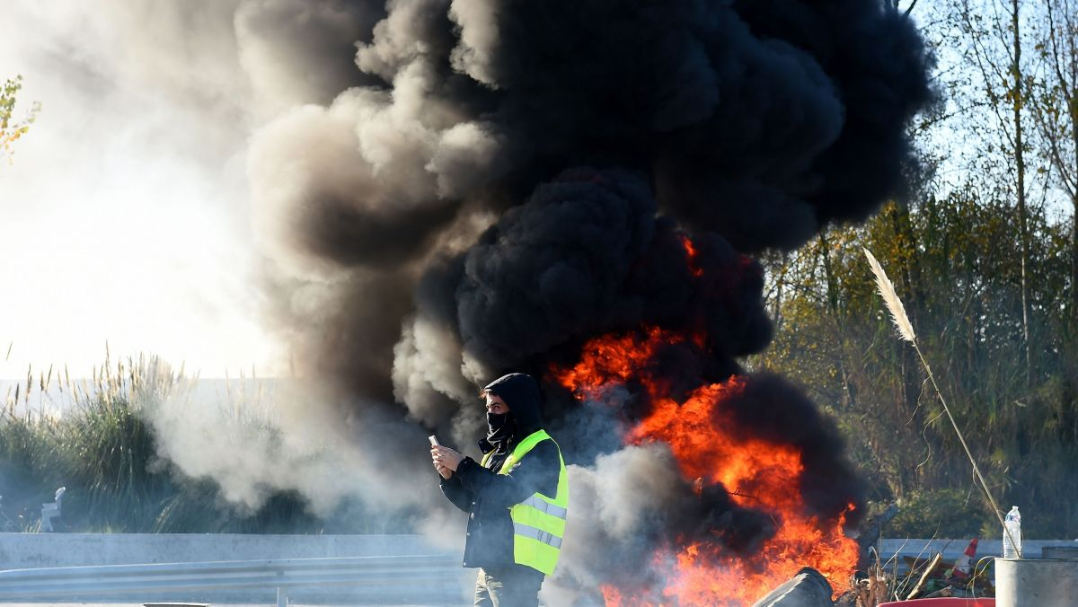 Un gilet jaune devant un départ de feu, à Bordeaux - Photo d'illustration / © NICOLAS TUCAT / AFP