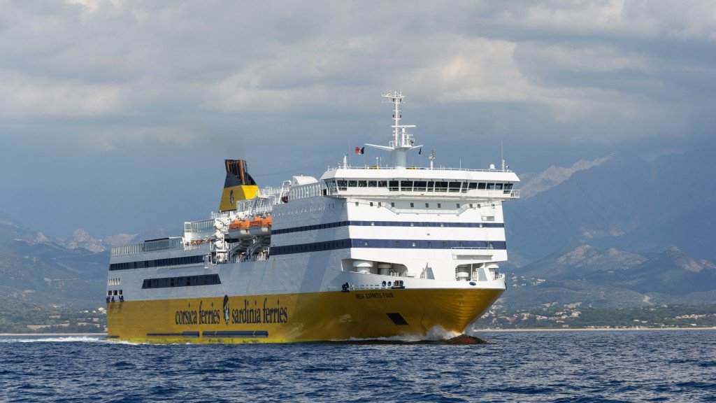 Le Mega Express IV de la Corsica Ferries rate son accostage à Nice