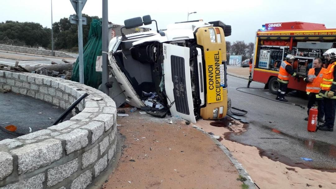 Un camion reversé rond-point de la Caldaniccia, la circulation interrompue