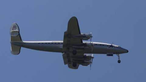 Le Breitling Super Constellation «Star of Switzerland» au dessus de Mirecourt