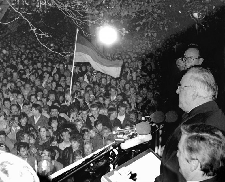 epa06031699 (FILE) - German foreign minister Hans-Dietrich Genscher (back) and German chancellor Helmut Kohl (C) speak to some 100,000 people at a central rally on the Fall of the Wall in Berlin, Germany, 10 November 1989. According to media reports Helmut Kohl has died at the age of 87 in his house in Ludwigshafen on 16 June 2017 EPA/dpa 2132348 GERMANY OUT *** Local Caption *** 01919342 / © dpa 2132348/EPA/Newscom/MaxPPP