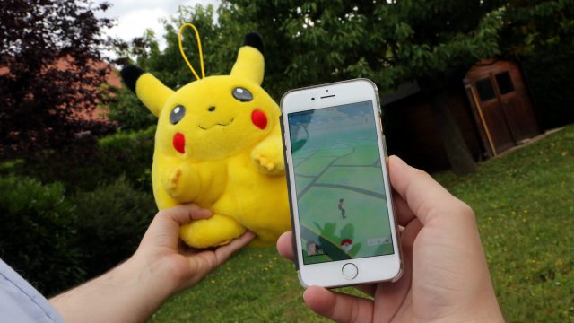 L'application Pokemon Go et la peluche collector Pikachu / © MaxPPP