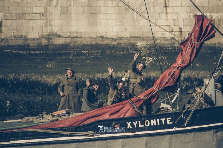Des figurants à bord de la barge Xylonite. / © Facebook - Julien Valcke Photographe