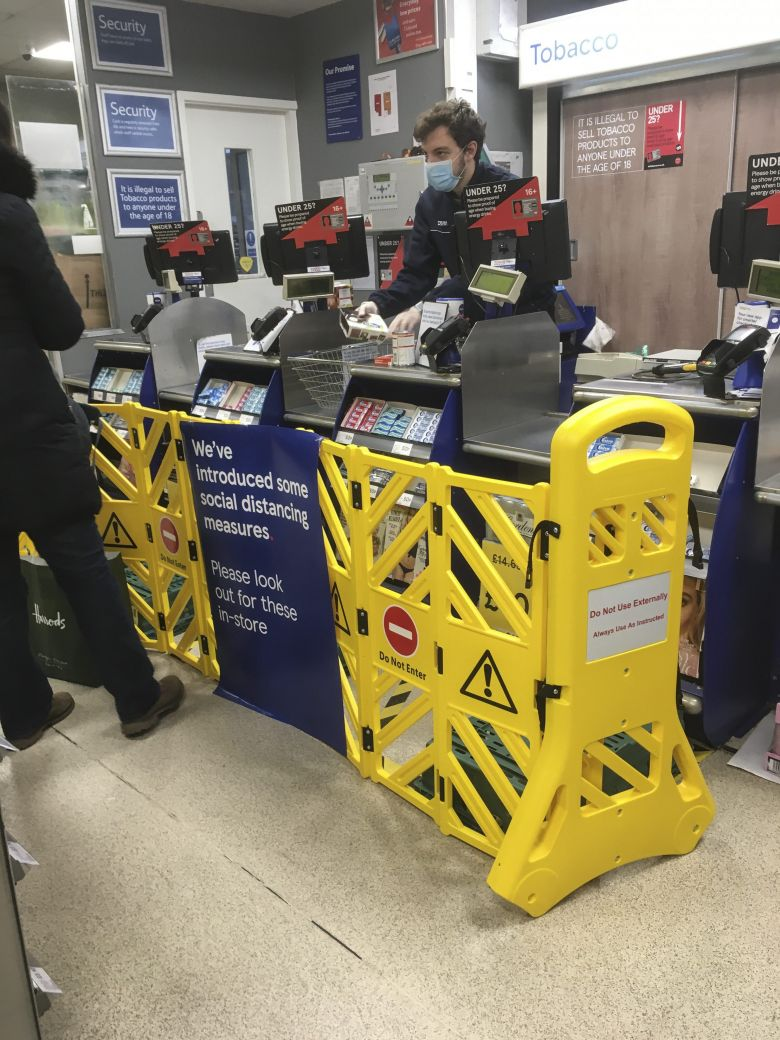 Dispositif de distanciation installé le 24 mars dans un supermarché Tesco de Londres. / © PRESS ASSOCIATION IMAGES/MAXPPP