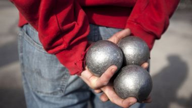 Un cliché d'un joueur de pétanque, capturé en mars 2011 (photo d'illustration). / © DAVID GANNON / AFP