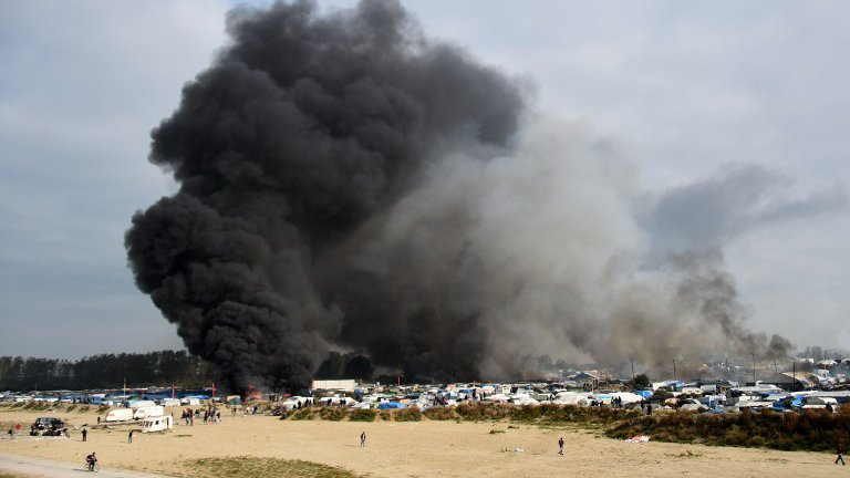"Multiples incendies en cours dans la ""Jungle"" de Calais"