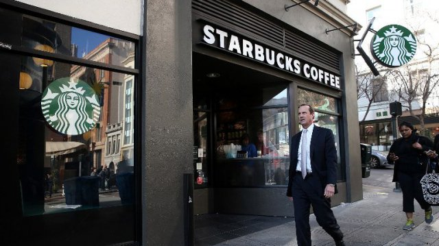 L'enseigne Starbucks à San Francisco en janvier 2015 / © JUSTIN SULLIVAN / GETTY IMAGES NORTH AMERICA / AFP