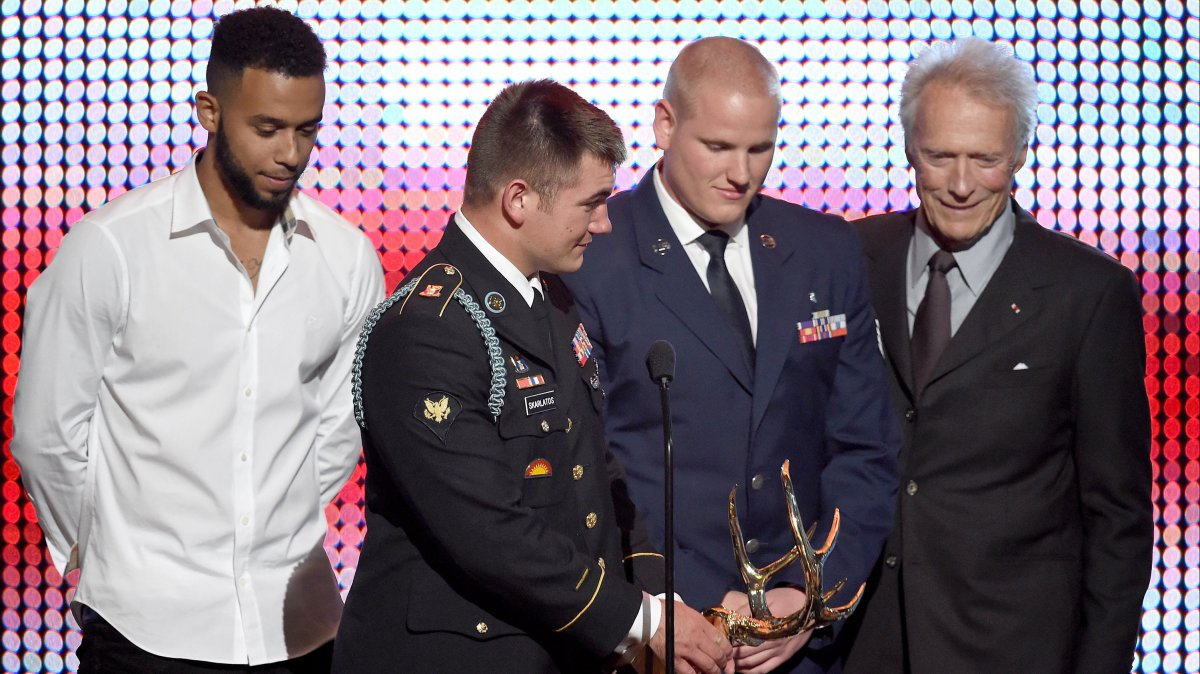 Anthony Sadler, Alek Skarlatos et Spencer Stone acceptent le Hero Award des mains de Clint Eastwood, en 2016. / © KEVIN WINTER / GETTY IMAGES NORTH AMERICA / AFP