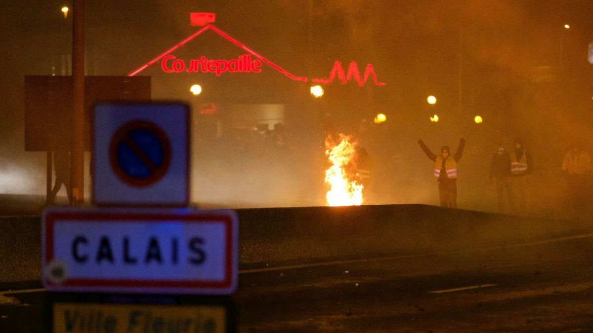 Une manifestation de Gilets jaunes au rond-point de Jardiland de Calais, samedi soir. Photo d'illustration. / © MAXPPP