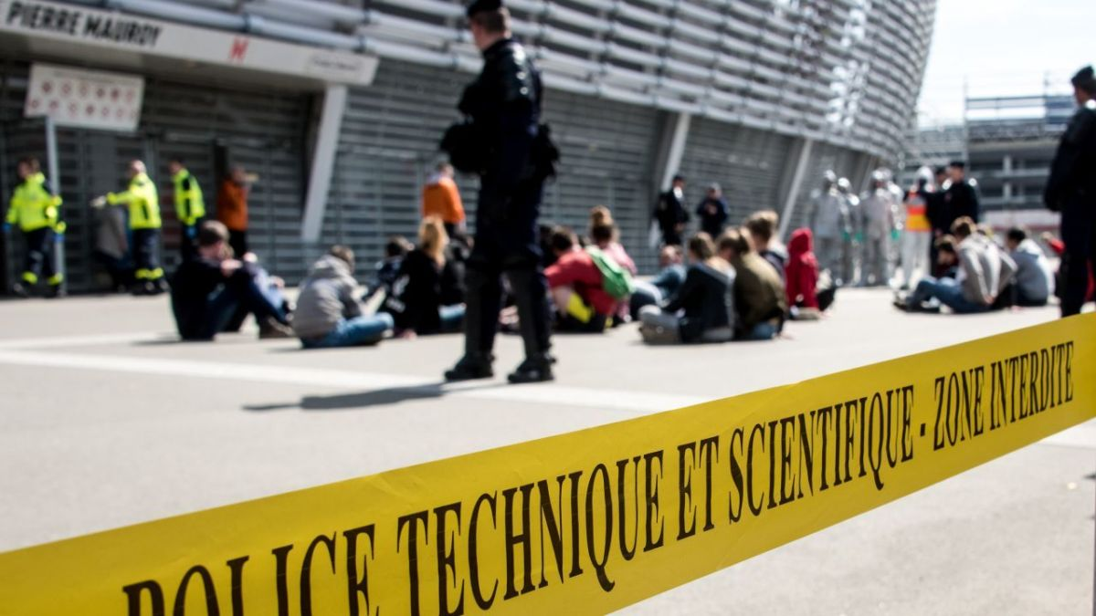La police technique et scientifique déployée devant le Stade Pierre-Mauroy au cours d'un exercice. Photo d'illustration. / © DENIS CHARLET / AFP