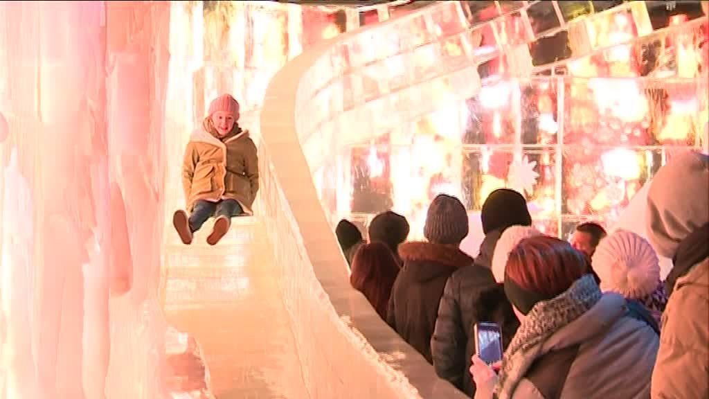 VIDEO. Sculptures, toboggan... Un palais des glaces s'invite à Bruges
