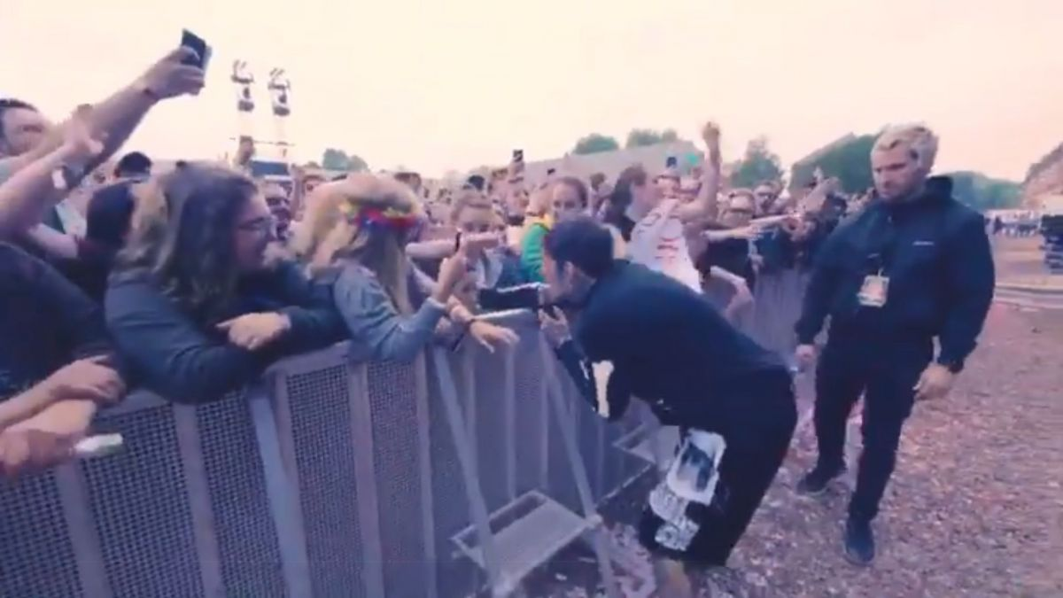 VIDEO. Main Square Festival : quand une jeune fan de Bigflo & Oli colle un vent au chanteur de Bring Me The Horizon