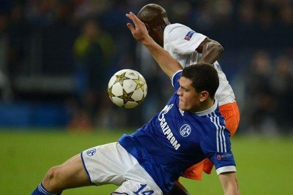 Camara à la manœuvre avec un joueur de Schalke 04 - 3 octobre 2012