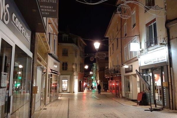 La très commerçante rue de la Liberté à Bourgoin-Jallieu, quasi déserte ce jeudi 19 novembre.