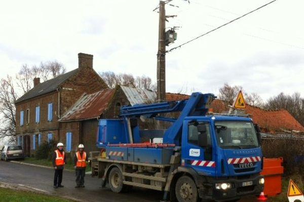 Des équipes d'EDF sont encore à pied d'oeuvre ce samedi matin pour réalimenter les foyers privés d'électricité.