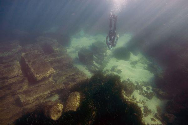 L'archéologue Lenaic Riaudel nage près des vestiges du port romain d'Olbia, près de Hyères.