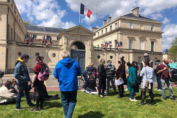 Une bonne soixantaine de personnes se sont rassemblées devant la Préfecture de Caen ce samedi après-midi pour dénoncer les féminicides