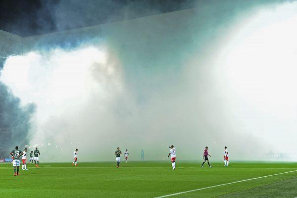 A Saint-Etienne, au stade Geoffroy Guichard - 12ème journée de Ligue 1 ASSE - OL : Fumigènes d'avant-match