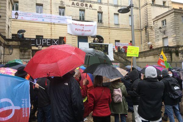 Manifestation parapluies au pied de l'Agora de la danse à Montpellier.