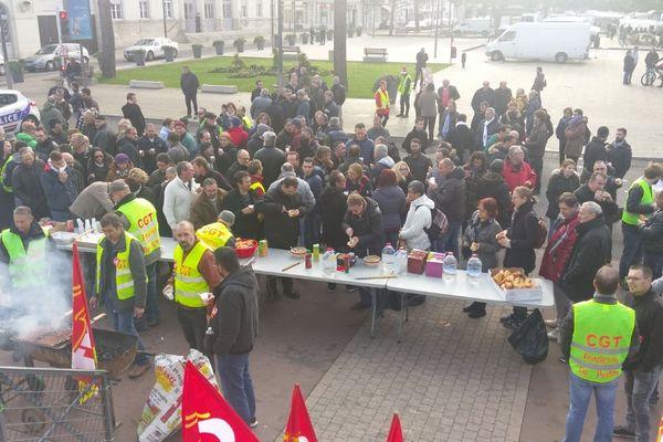 Les salariés en grève des Fonderies du Poitou rassemblés devant la mairie de Châtellerault dans la Vienne.