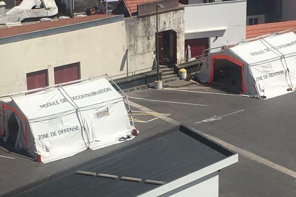 Des tentes spéciales décontamination installées dans le centre de Biarritz