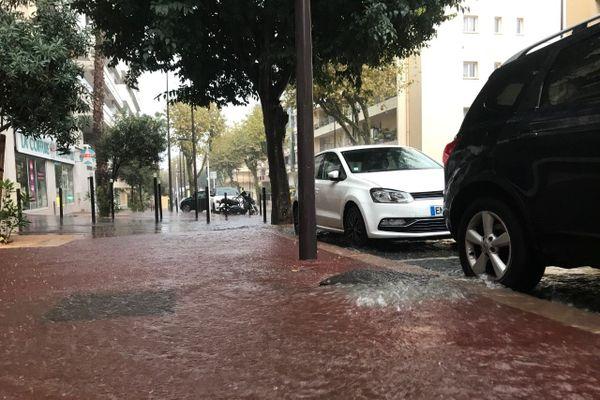 A Antibes, forte pluie dès 8 heures ce vendredi matin.