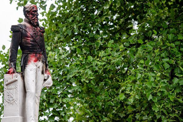 La statue de l'ex roi de Belgique Léopold II, déjà vandalisée, a dû être retirée à Anvers.