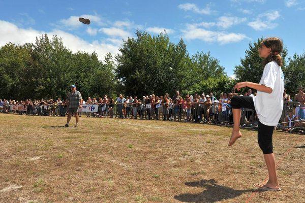 Lors de la septième édition du championnat du monde du lancer de tong, le 3 août 2008, à Hourtin (Gironde). ( MAXPPP)