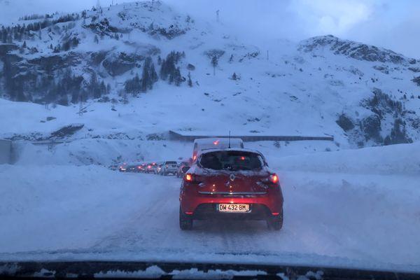La route de Tignes et Val-d'Isère a été coupée à la circulation vendredi à cause du risque d'avalanche.