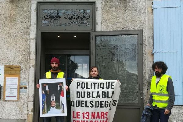 Neuf militants d'ANV-COP21 Grenoble ont mené une action de décrochage de portrait du président de la République dans la mairie de Coublevie.
