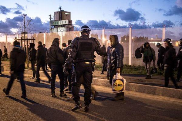 De nouveaux heurts se sont produits ce mercredi à Calais entre CRS et migrants.