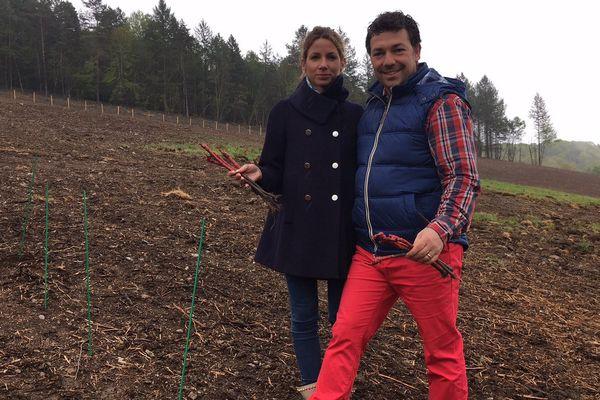 Philippe et Vania Avril, un couple franco-suisse, plantent les premiers ceps du futur vignoble Saint-Bazile de la Roche