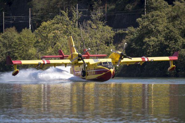Un bombardier d'eau Canadair en pleine manœuvre d'écopage, sur le Rhône, en 2020