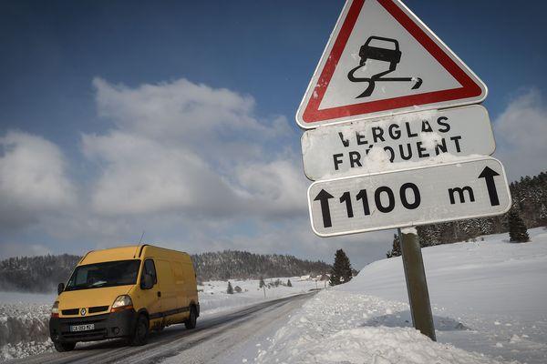 Tous les véhicules circulant sur la RN 122, entre Thiézac et Murat, dans le Cantal devront être équipés de pneus neige, chaussettes et autres dispositifs spéciaux et ce jusqu'au jeudi 15 février, 8 heures.