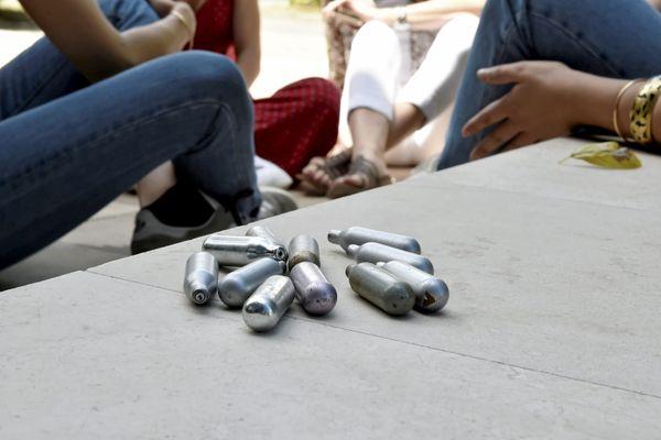 """Le Parlement a adopté définitivement mardi 25 mai un texte visant à lutter contre l'usage détourné, en particulier chez les jeunes, du protoxyde d'azote, un gaz dit """"hilarant"""" lourd de risques pour la santé."""