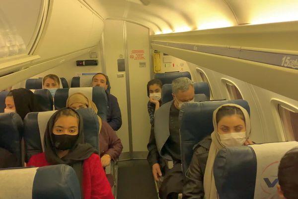 Hakimullah Ghazniwal et sa famille afghane dans l'avion du MHB de retour de Macédoine vers Montpellier - 14 octobre 2021.