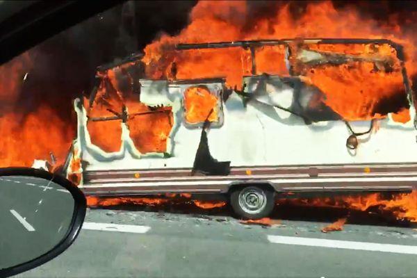 La caravane a pris feu sur l'A89