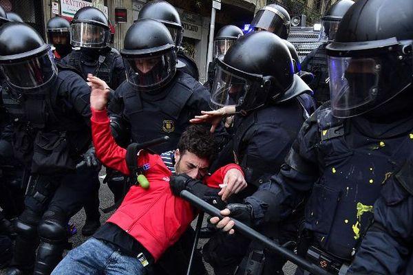 Échauffourées entre manifestants et police à Barcelone le 25 mars 2018, après l'arrestation de Puigdemont en Espagne.