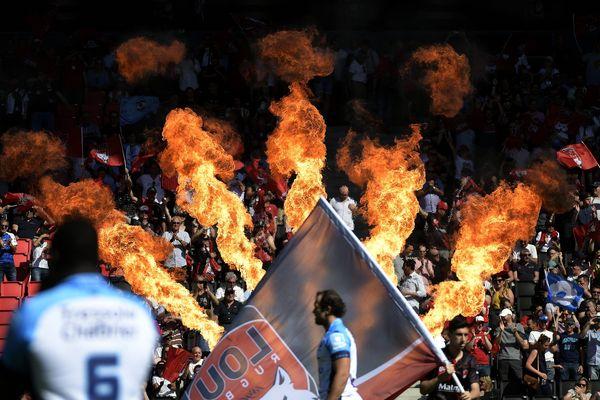 Les supporteurs avant le match entre le LOU Rugby (en noir) et Montpellier Hérault Rugby (en bleu et blanc) au Matmut Stadium de Gerland à Lyon et comptant pour les barrages du TOP 14, le championnat de France de rugby.