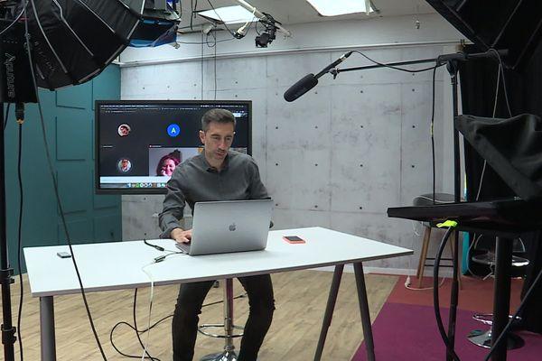 Pierre Charvet, co fondateur de Studi, une société de formations en ligne à Montpellier, commence une session de cours avec ses stagiaires par écrans interposés. 13 mai 2020.